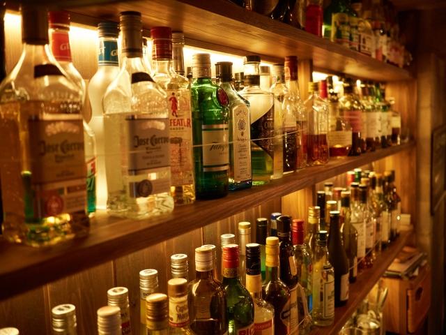 棚に並べられた沢山のお酒