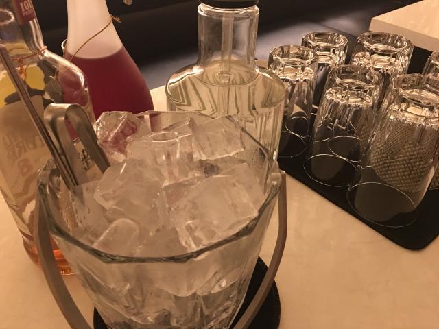 テーブルに並べられたお酒のボトルや氷