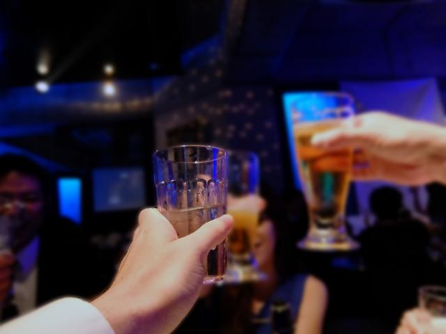 夜のお店で乾杯する人々