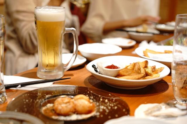 お酒やおつまみが並ぶ飲み会のテーブル