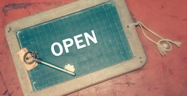 OPENの看板と鍵