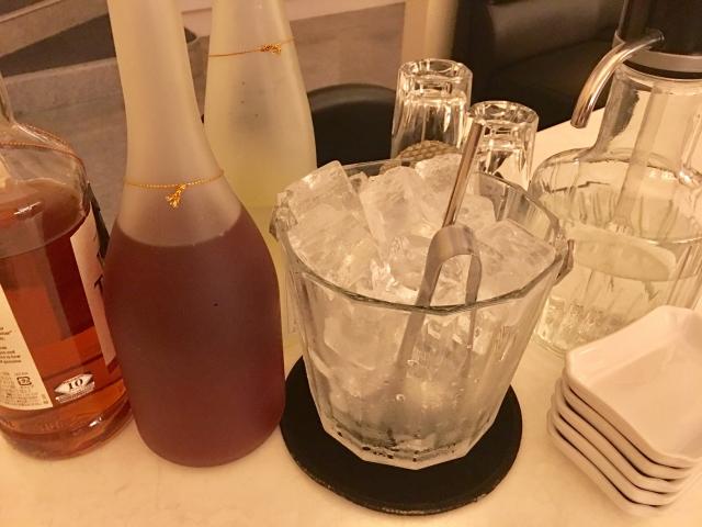 アルコールのボトルと氷