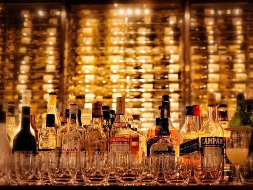 バーカウンターに並べられたアルコール