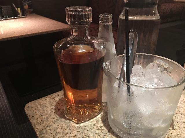 お店のテーブルに置かれたウイスキーと氷