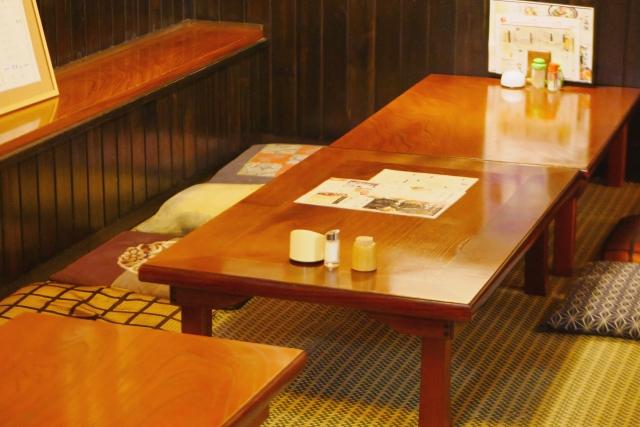 居酒屋の小上がりのテーブル