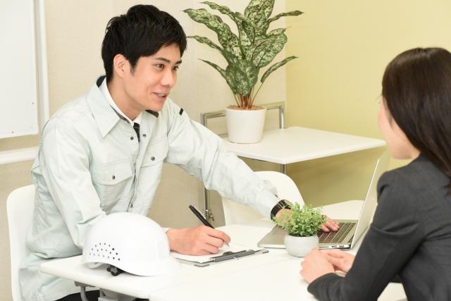 商談をする作業服の男性