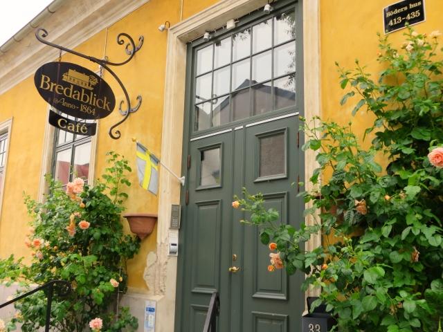 黄色の壁と緑の扉