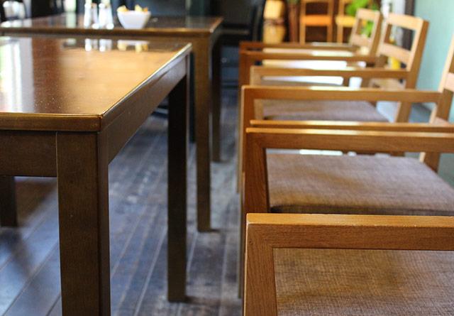 飲食店のテーブルとイス